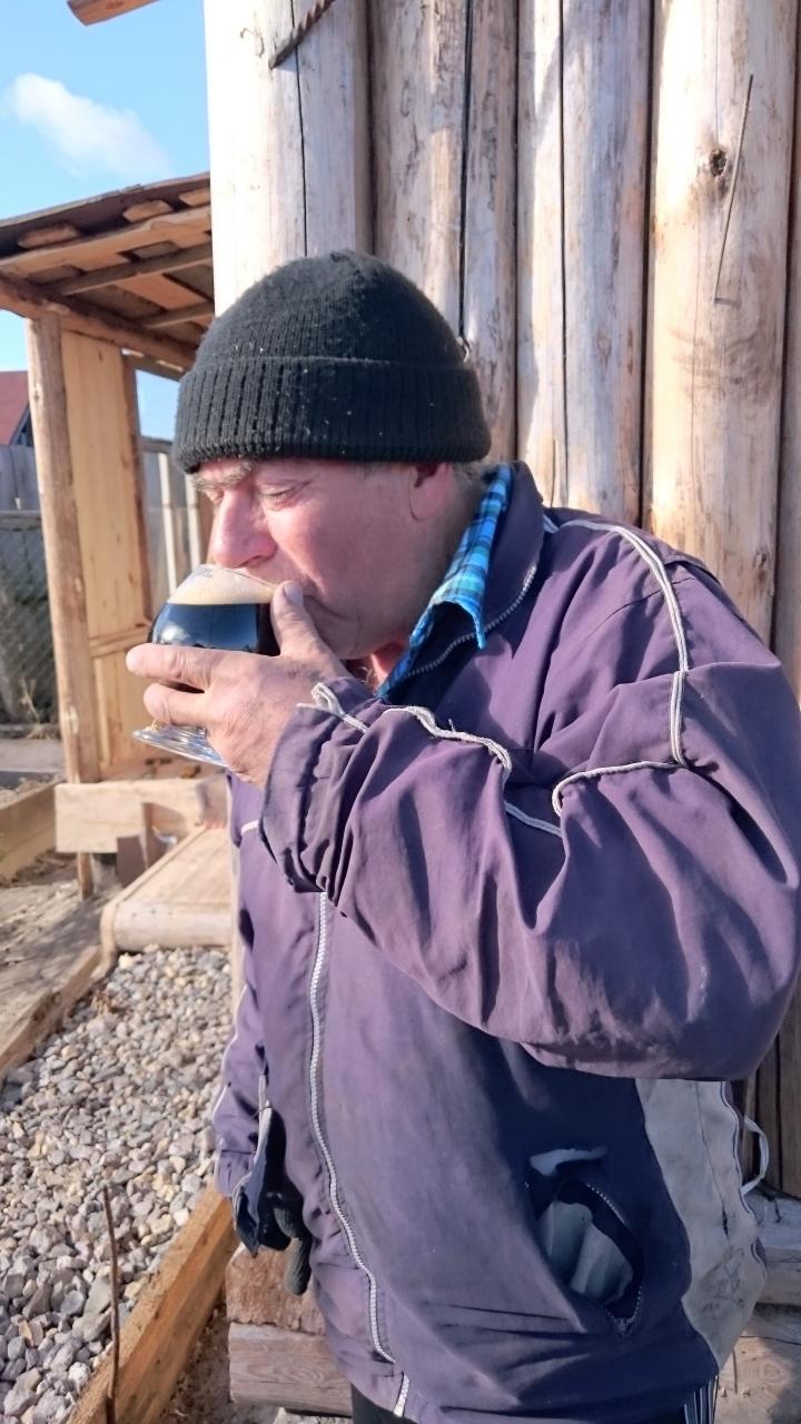 Батя мой пиво дегустирует.